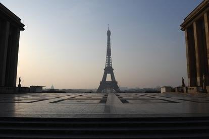 La plaza del Trocadero, con la Torre Eiffel al fondo, vacía el sábado.