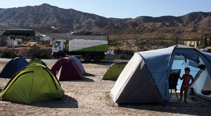 Tiendas de campaña de la acampada de los vecinos de La Murada para controlar el tránsito de camiones hacia el vertedero.