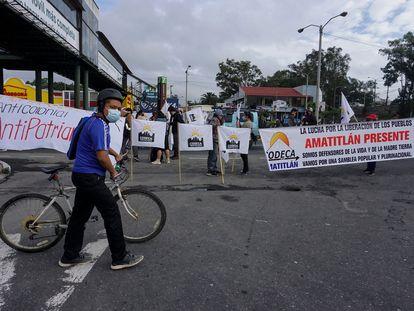Integrantes de la Comisión de Desarrollo Campesino (CODECA) y la Asociación de Estudiantes Universitarios participan en un bloqueo de carreteras en la ciudad de Guatemala, el 9 de agosto de 2021.