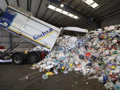 Planta de reciclaje de envases ligeros en Huelva, en una foto de archivo.