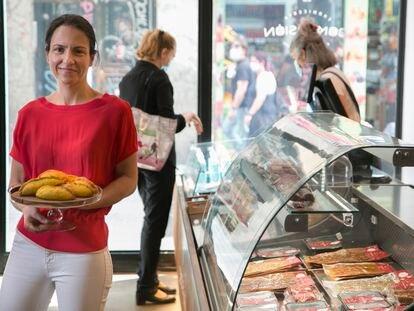"""Elena González, dueña de """"Compasión"""", muestra unas empanadas vegetales."""