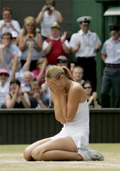 La joven rusa celebra en el suelo el punto definitivo.