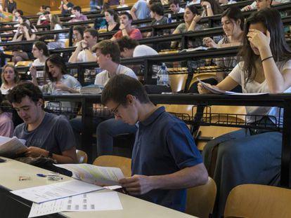 Estudiantes antes del examen de Lengua y Literatura de la EvAU 2019 en la Complutense de Madrid el pasado 4 de junio.
