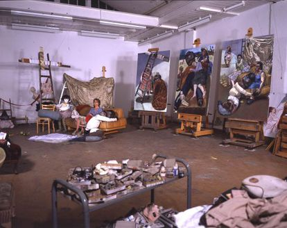 La artista portuguesa Paula Rego, en su estudio londinense, con algunos cuadros de la serie 'El hombre almohada (2004), basada en la obra teatral de Martin McDonagh.