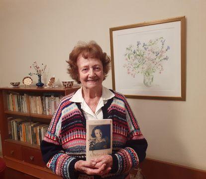 Dita Kraus, en su casa de Netanya (Israel) con una copia de su autobiografía publicada en inglés por Penguin.