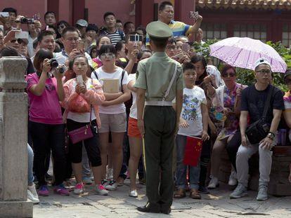Varios chinos sacan fotos a Lew mientras hacía turismo en la Ciudad Prohibida.