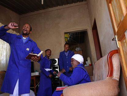 Moses Dlomo celebra el domingo de Pascua confinado en su casa junto a su familia, en Pretoria, Sudáfrica. El país africano seguirá así hasta el 23 de abril para intentar evitar el contagio por coronavirus.