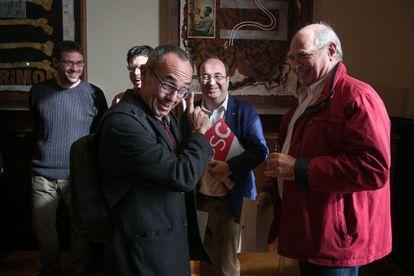 Fachin (i), Coscubiela (c) junto al socialista Iceta, y Rabell (d), en el Parlament.