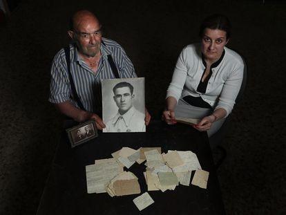 Maria José Bautista y su padre, Felipe Bautista, muestran las cartas enviadas desde la cárcel por su familiar, Santos Racionero, condenado a muerte y fusilado en 1939.
