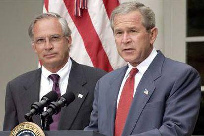 El presidente estadounidense, George W. Bush, presentando a Porter Gross como director de la CIA, el pasado agosto.