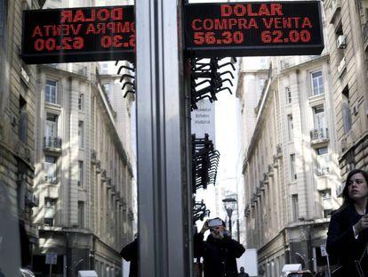Pizarra de un banco del centro de Buenos Aires con la última cotización del dólar frente al peso argentino.