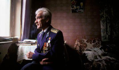 Retrato del antiguo teniente coronel soviético Stanislav Petrov tomado en 1999. Petrov evitó un desastre nuclear en 1983.