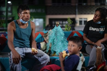 Peregrinos que no pudieron visitar la Basílica de Guadalupe este año se congregaron en sus alrededores.