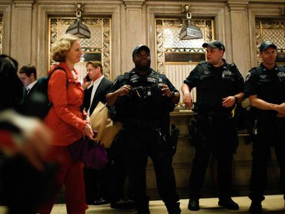 Agentes de la NYPD en la estación central de trenes.