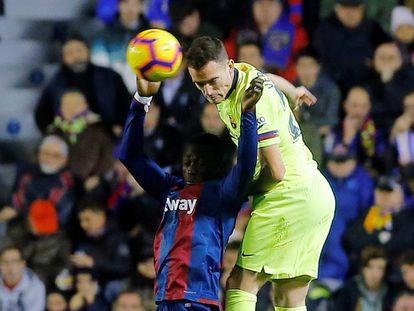 Vermaelen se impone ante Boateng, en el Levante-Barcelona.