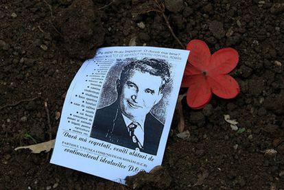Retrato de Nicolae Ceausescu depositado sobre su tumba tras la exhumación del cadáver en el cementerio de Ghencea.