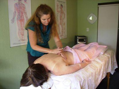 Una mujer practica una pseudoterapia con su paciente.
