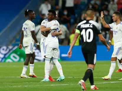 Benzema celebra con Vinicius su gol de penalti al Sheriff mientras Hazard se acerca a ellos.