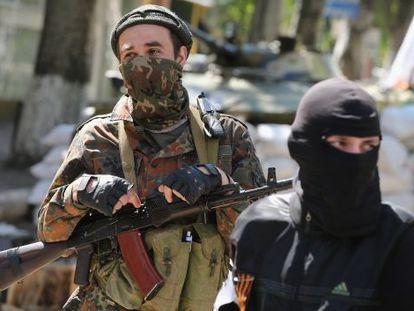 Militantes prorrusos montan guardia en el lugar donde están retenidos los observadores de la OSCE