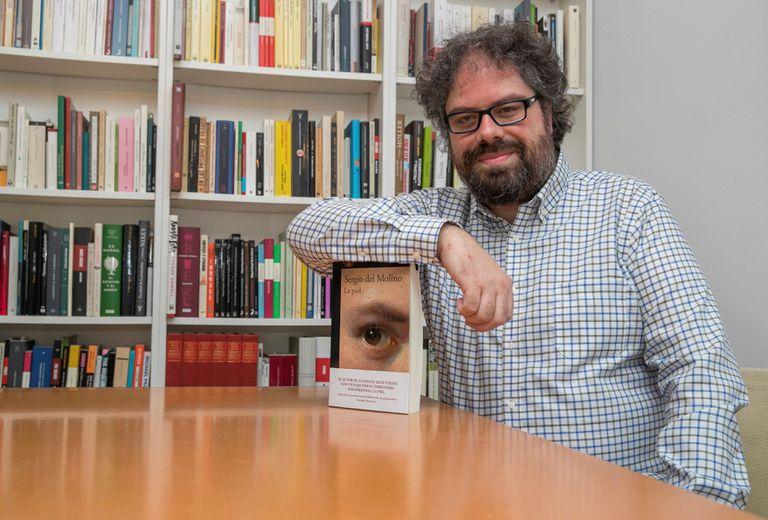 El escritor Sergio del Molino, en su casa de Zaragoza con su nueva obra, 'La piel' (Alfaguara).