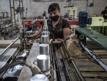 Una empleada trabaja en una fábrica de Toluca, México.