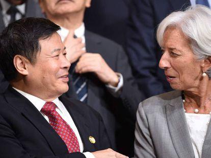 Christine Lagarde con el viceministro chino de Finanzas, Zhu Guagyao