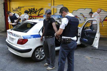 La policía detiene el domingo a un sin papeles en Atenas.