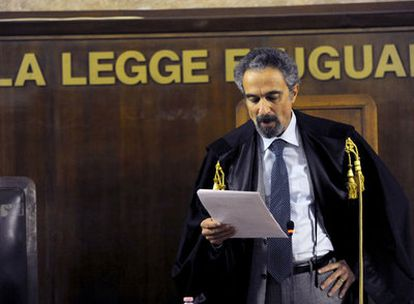 El juez italiano Oscar Magi lee la sentencia por la que ha condenado a 23 antiguos agentes de la CIA  por el secuestro de un imán.