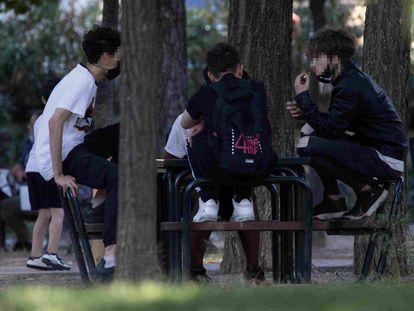 Un grupo de jóvenes pasa el rato en un parque de Villaverde.