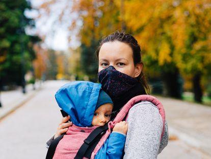 Una madre pasea con su hijo en tiempos de pandemia.