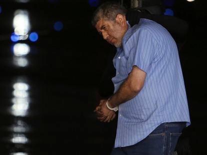 Vicente Carrillo Fuentes, líder histórico del Cártel de Juárez, es escoltado a un helicóptero de la extinta Policía Federal de México, en 2014.