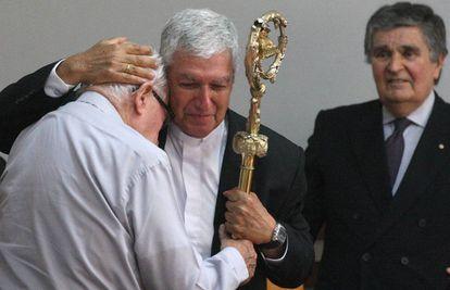 Monseñor Castillo recibe del obispo Bambarén (i) el báculo que perteneció al arzobispo de Lima Juan Landázuri.