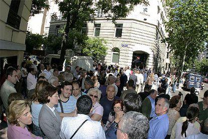 Afectados por la presunta estafa, ayer por la mañana ante la sede de Fórum Filatélico, en la calle de José Abascal de Madrid.