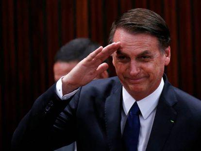 Bolsonaro saluda antes de recibir el diploma del Tribunal Electoral.