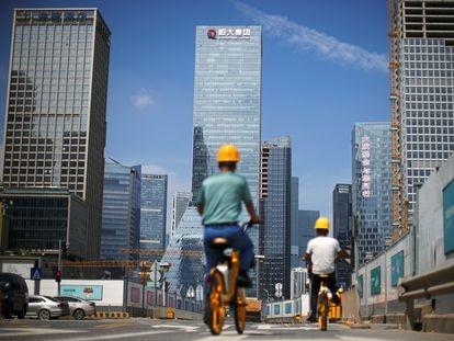 La sede de la promotora Evergrande, al fondo, en la ciudad china de Shenzhen.