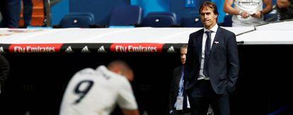 Benzema, arrodillado, y Lopetegui en el partido ante el Levante.