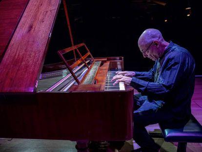 Las manos de Andreas Staier a punto de descender sobre el teclado de su fortepiano.