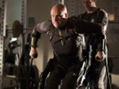 La estimulación eléctrica de la médula pone en marcha al robot que permite caminar de nuevo al atleta Mark Pollock