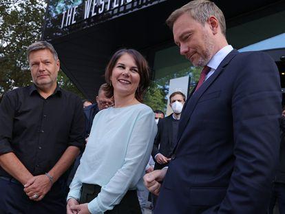 Los copresidentes de Los Verdes, Robert Habeck y Annalena Baerbock, comparecen junto al líder de los liberales, Christian Lindner (derecha), tras una reunión exploratoria este viernes para formar una coalición en Alemania.