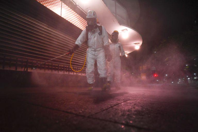 Trabajadores sanitarios desinfectan las calles en Caracas, Venezuela.