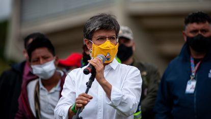La alcaldesa de Bogotá, Claudia López, en un evento con comunidades indígenas, en Bogotá.
