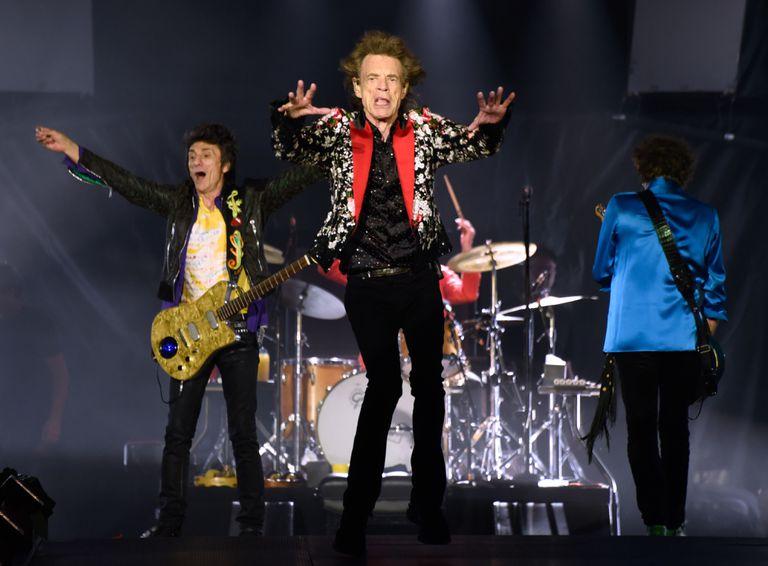 Ronnie Wood, Mick Jagger y Keith Richards (de espaldas) en un concierto en agosto de 2019 en Florida.