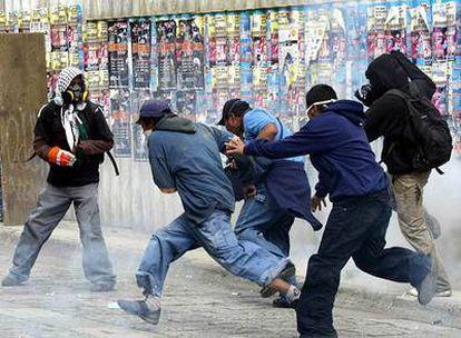 Miembros de la Asamblea Popular de los Pueblos de Oaxaca, durante los enfrentamientos protagonizados con la policía federal este lunes en Oaxaca.