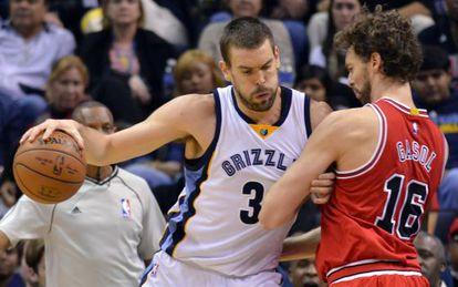 Marc Gasol, a la izquierda, ante la defensa de Pau, en el Grizzlies-Bulls de diciembre.