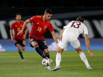 Ferran Torres trata de regatear al defensa suizo Ricardo Rodríguez este sábado en el Alfredo Di Stéfano.