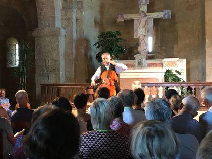 Pieter Wispelwey durante su concierto en la iglesia de Santo Stefano en Castelmuzio.