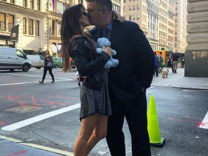 Alec e Hilaria Baldwin en la foto de Instagram con la que han anunciado su futura paternidad.