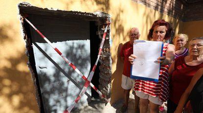 Un grupo de vecinos de Santa Eugenia denuncia una obra en su edificio.