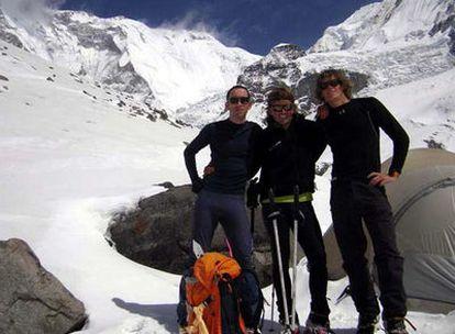 Horia Colibasanu (izquierda), Iñaki Ochoa de Olza (centro) y otro alpinista, a los pies del Annapurna.