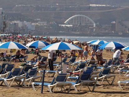 Turistas en la playa de Las Canteras, en Las Palmas de Gran Canaria.